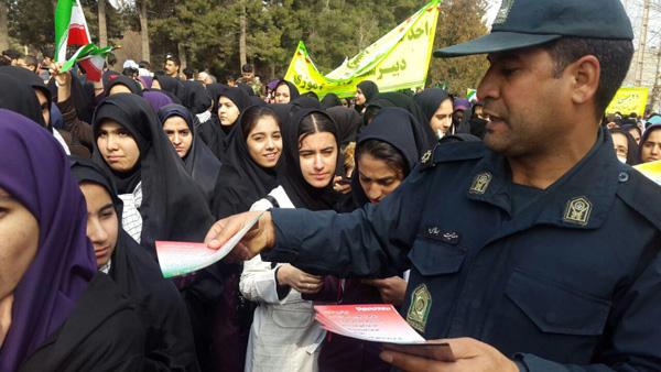 تصاویر توزیع بروشورهای هشداری پلیس فتا در  راهپیمایی ۲۲ بهمن کوهدشت
