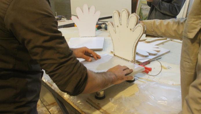 فیلم/ابتکار بسیجبان کوهدشتی در ساخت دستگاه تولید دستکش نایلونی